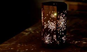 Lampe LED en bois avec motif étoilé de Darbin Orvar